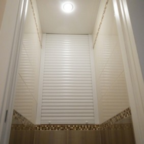 Комбинированная отделка стен в туалете