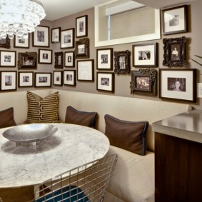 фотографии на стене в углу гостиной