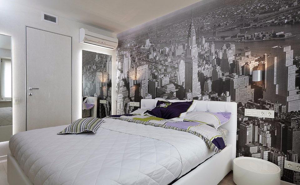 Простая спальня с фотообоями на стене