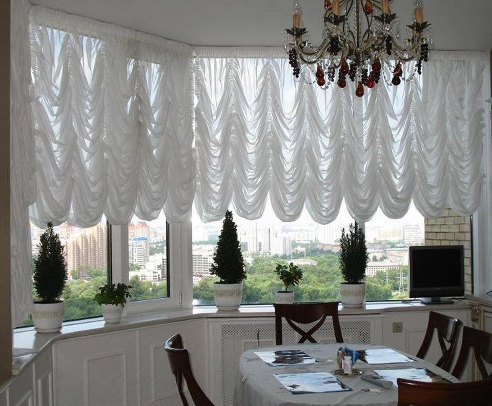 Белые французские шторы на пластиковых окнах эркера