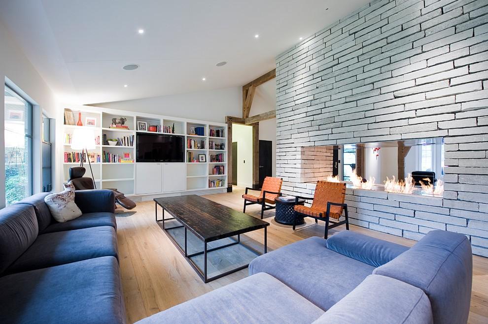 Газовый камин в стене гостиной