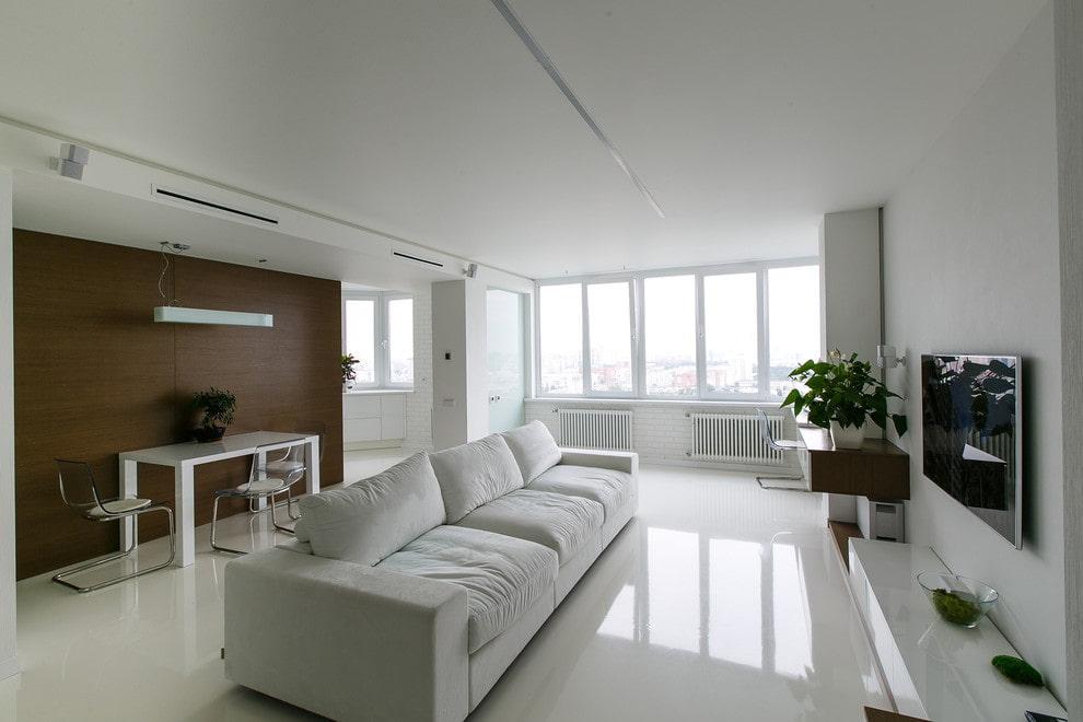 Коричневая стена в гостиной с белым полом