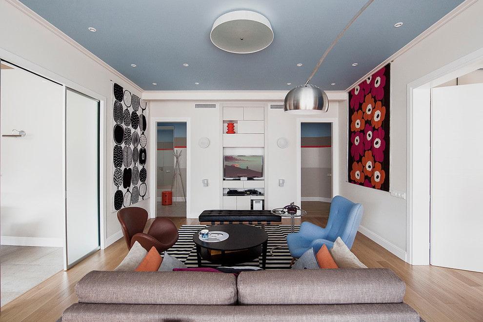 Голубой потолок в небольшой гостиной