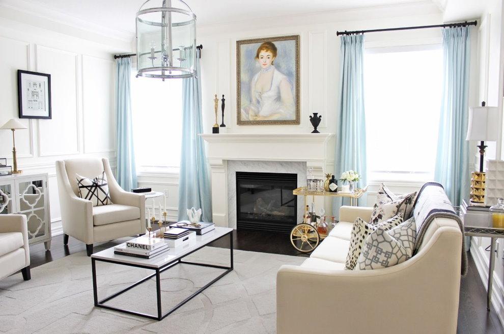 Голубые шторы в белоснежной гостиной