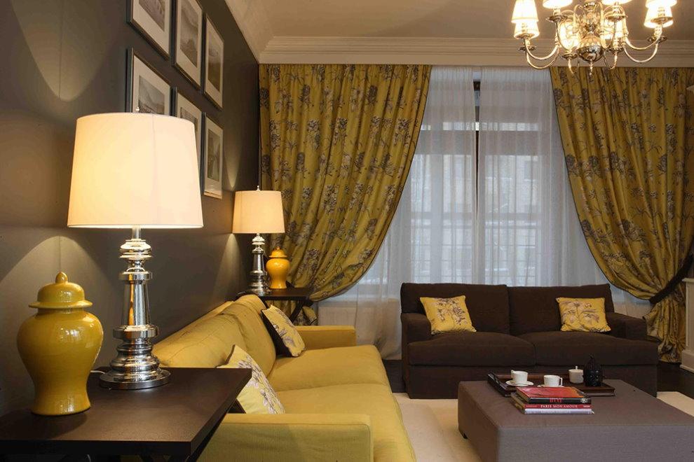 Горчичные шторы в гостиной с разными диванами