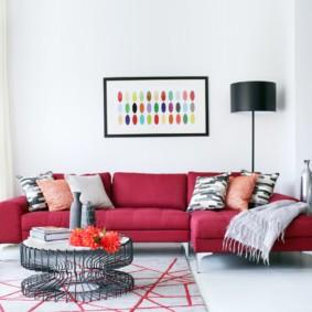 Бардовый диван в белой комнате