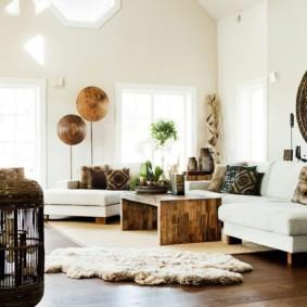 Деревянный пол в зале с белыми стенами