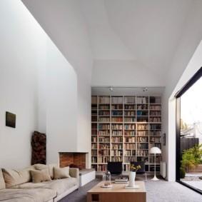 Книжный стеллаж в гостиной дома