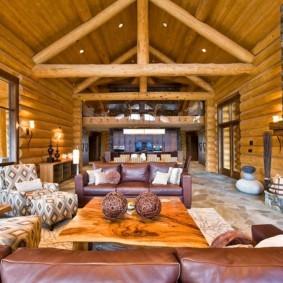 Просторная комната в деревянном доме