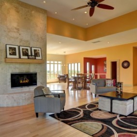 Желтые стены в гостиной частного дома