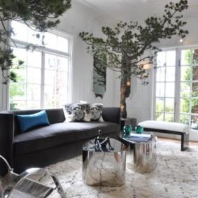 Мебель с блестящей поверхностью в небольшом зале