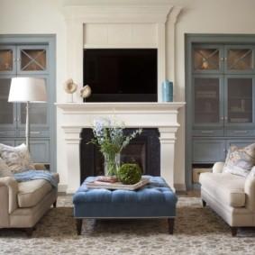 Два раскладных диванчика в гостиной с камином