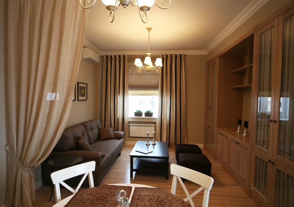 Узкая гостиная комната в хрущевке кирпичного дома