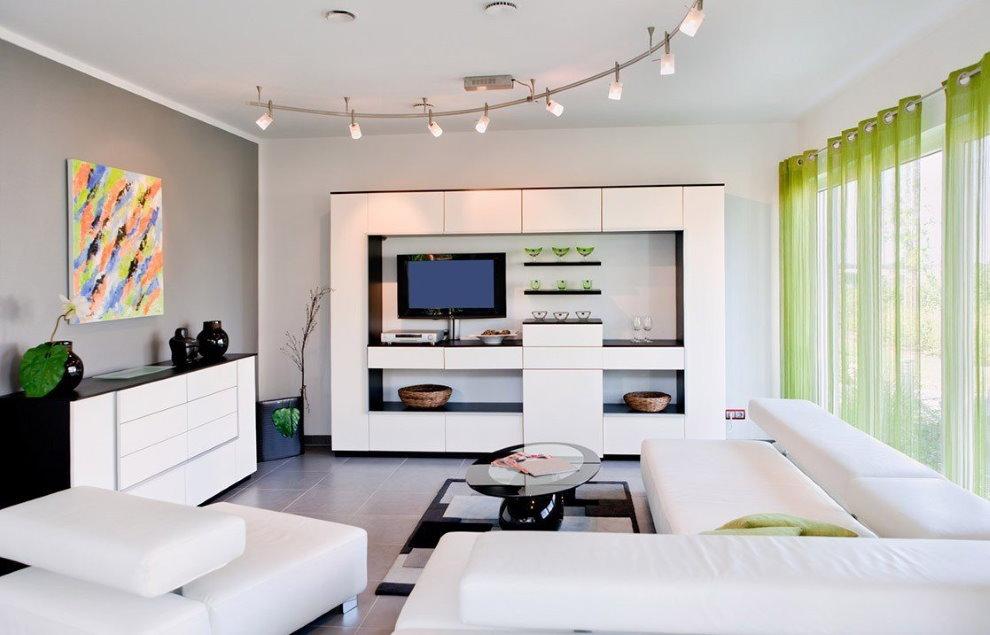 Светлая гостиная с зелеными занавесками