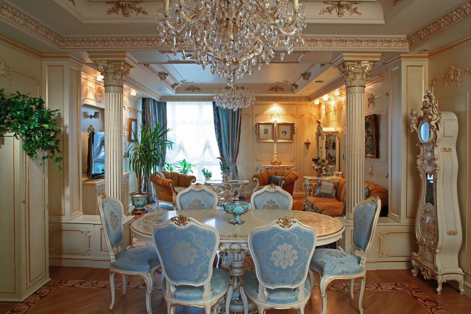 гостиная в стиле барокко с колоннами