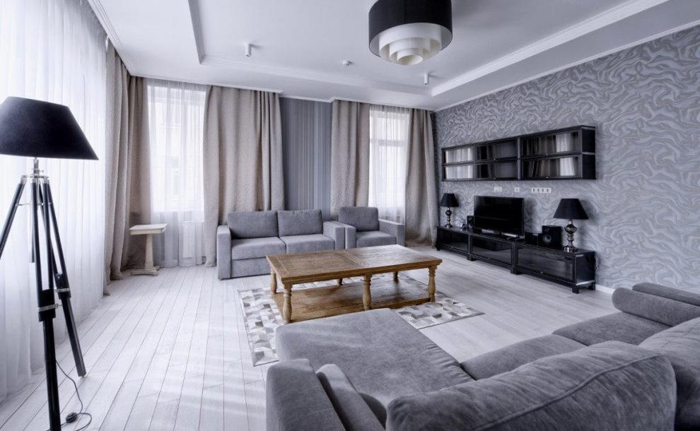 Просторная гостиная с двумя диванами серого цвета