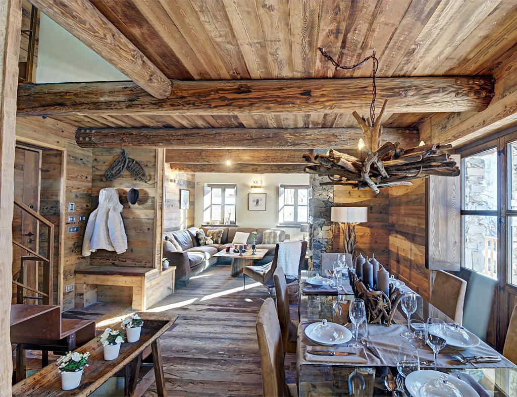 гостиная в стиле шале потолок