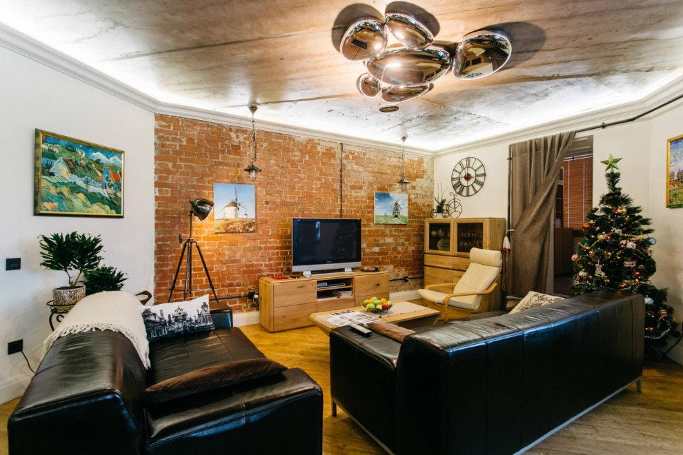 Хромированная люстра на потолке зала в стиле лофт