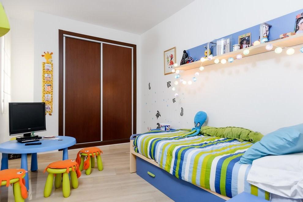 Декор гирляндой полки в детской комнате