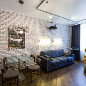 Деревянный пол в гостиной двухкомнатной квартиры