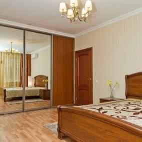 Зеркальный шкаф в спальной комнате