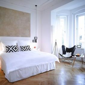 Паркетный пол в спальне с эркером
