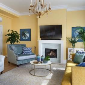Интерьер гостиной с желтыми стенами