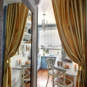 Золотистые шторы на двери кухни
