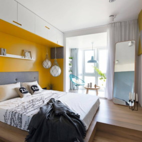 Акцентная стена желтого цвета