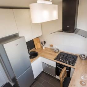 Компактная кухня в квартире панельного дома