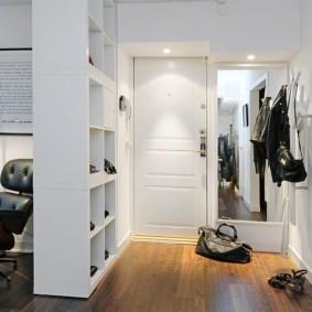Стеллаж между коридором и гостиной в современной квартире