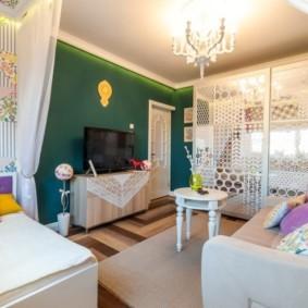 Стена изумрудного цвета в гостиной трехкомнатной квартиры