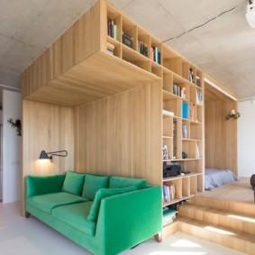 Каркасная мебель в комнате с высоким потолком