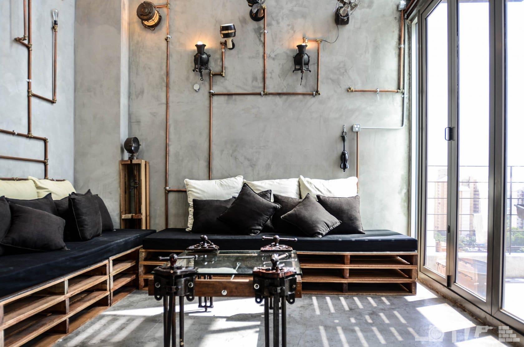 диван на балконе стиль лофт