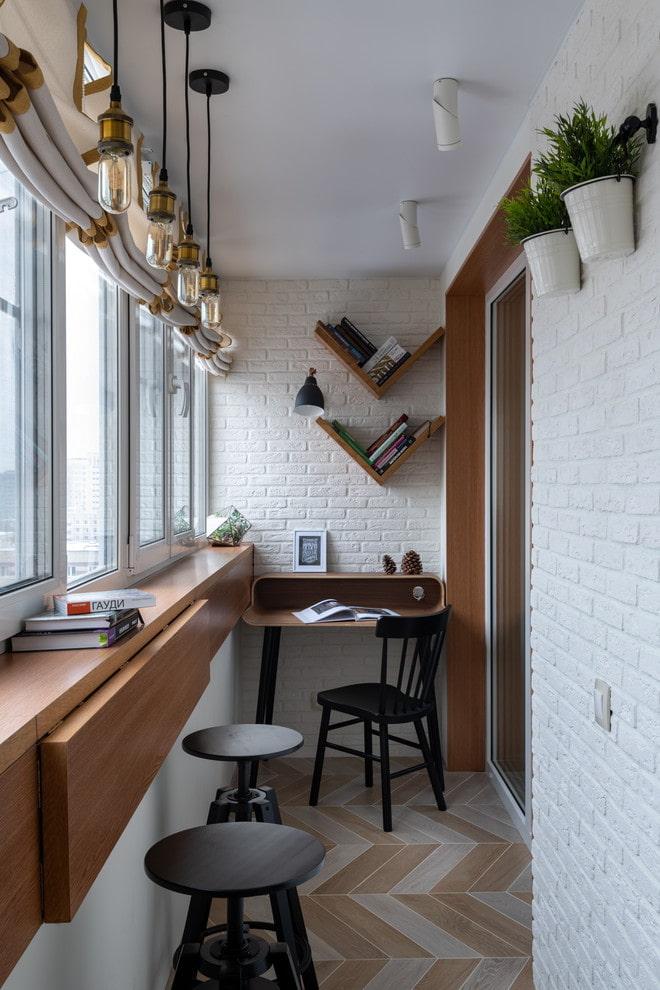 Рабочее место на застекленном балконе однокомнатной квартиры
