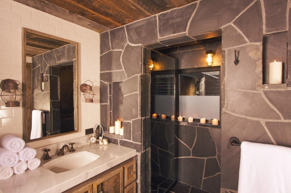 Природный камень на стене ванной в частном доме