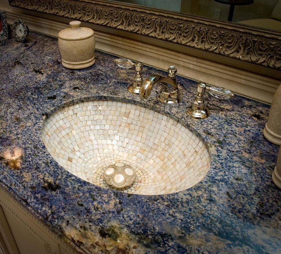Раковина с мозаичной отделкой в столешнице из природного камня