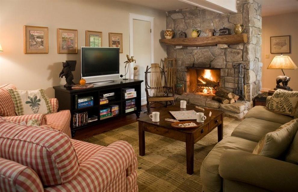 Телевизор на тумбе в гостиной с камином
