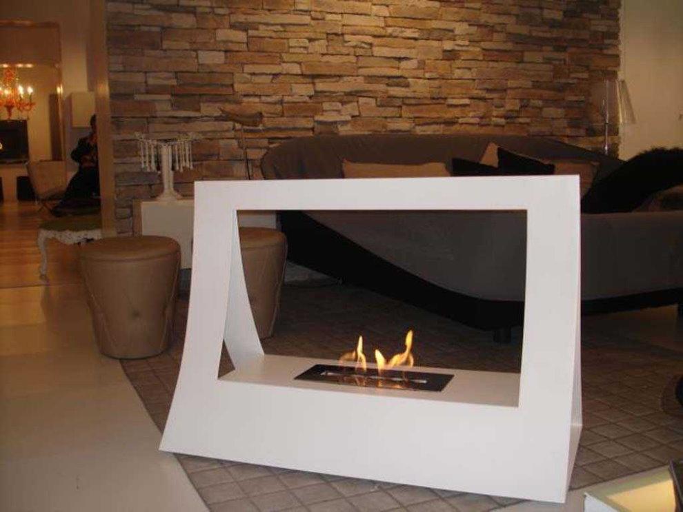 Современный камин на биотопливе в гостиной частного дома