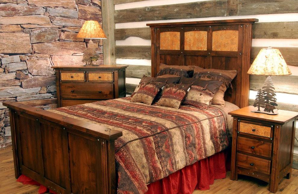 Деревянная кровать в спальне кантри стиля