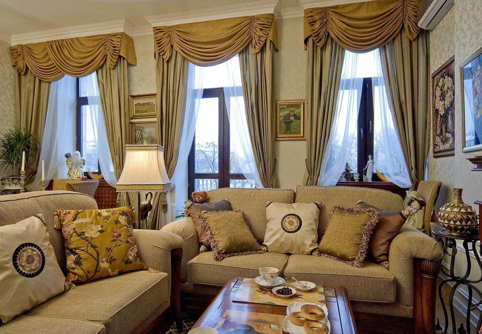 Классические шторы с ламбрекеном в гостиной частного дома