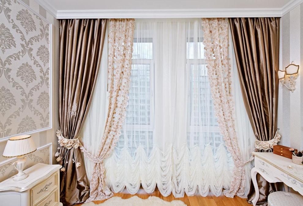 Декор окна тюлем в гостиной классического стиля