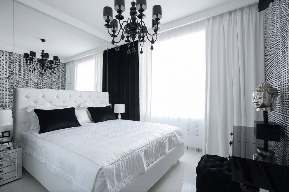 Занавески контрастных цветов на окне спальни в квартире