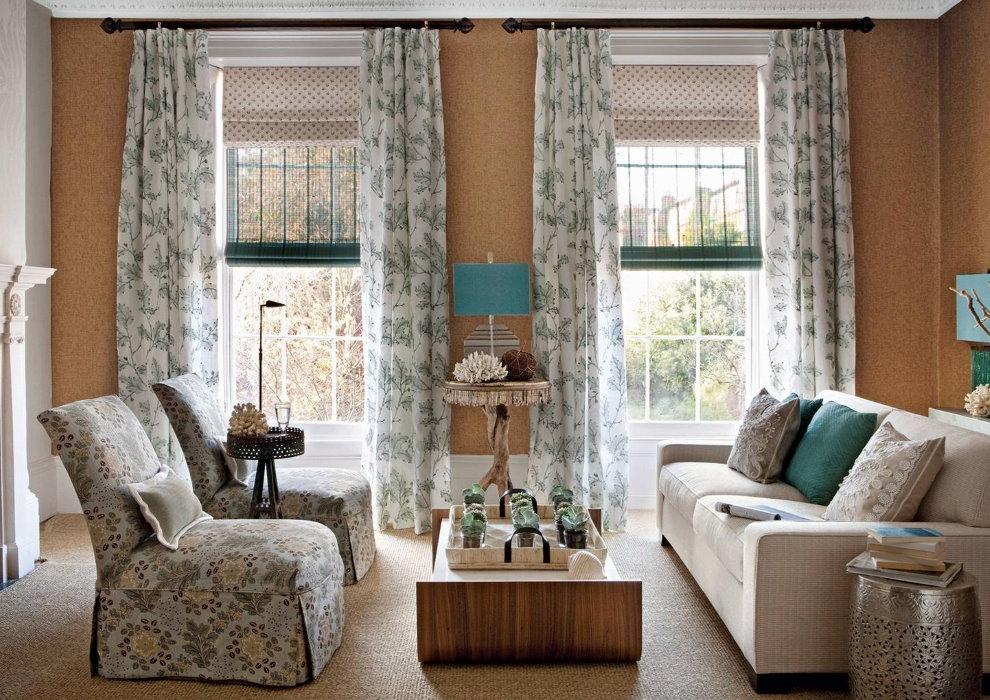 Комбинация римских штор и прямых занавесок на окнах гостиной