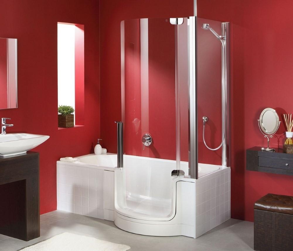 Красные стены в комнате с комбинированной ванной