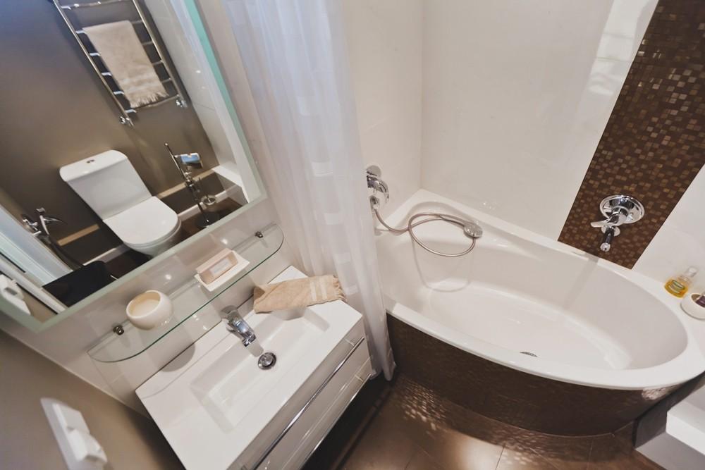 Компактная ванна в совмещенном санузле панельного дома