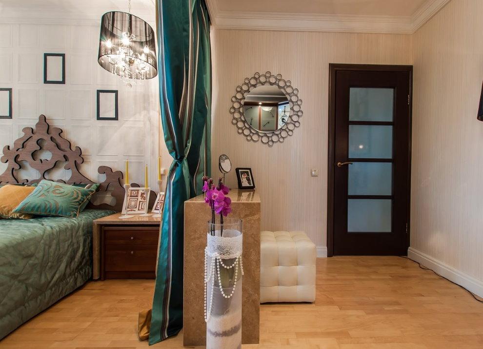 Зонирование комнаты шторой контрастной расцветки