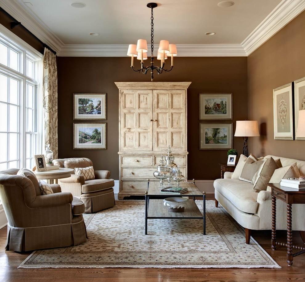 Просторная гостиная с коричневыми стенами