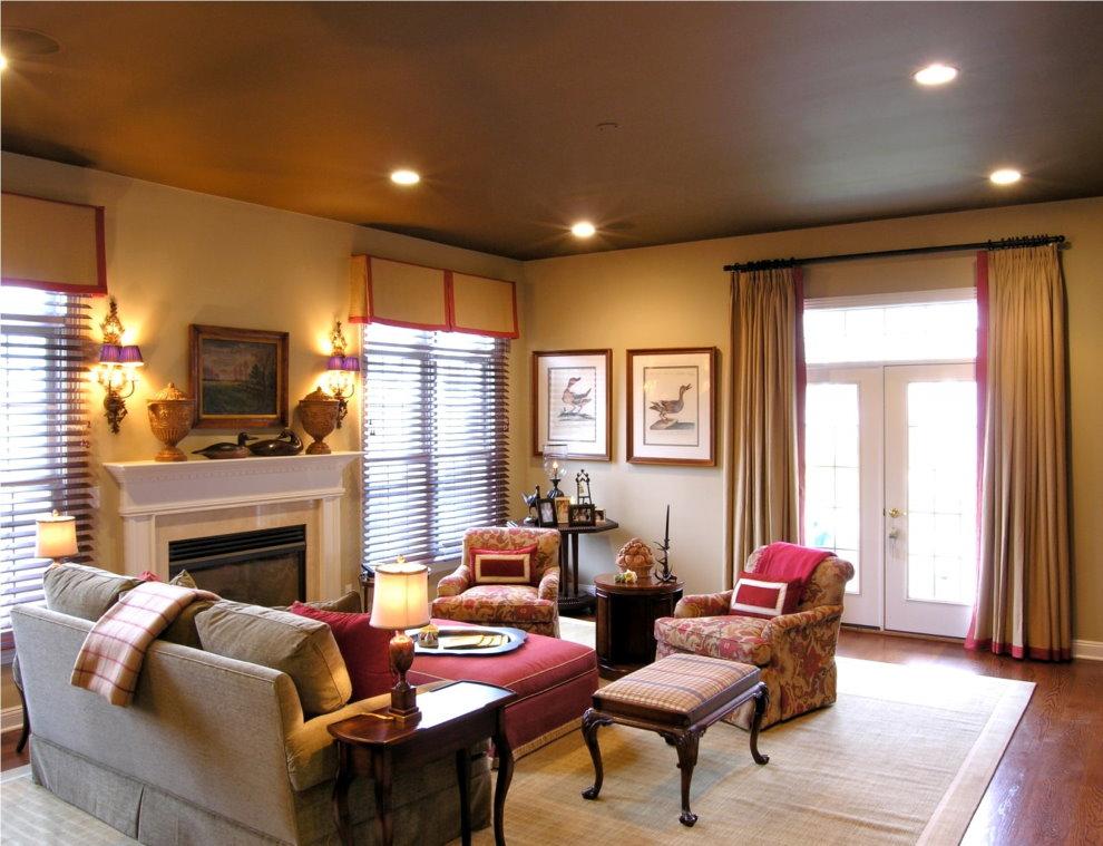 Точечные светильники на потолке коричневого цвета