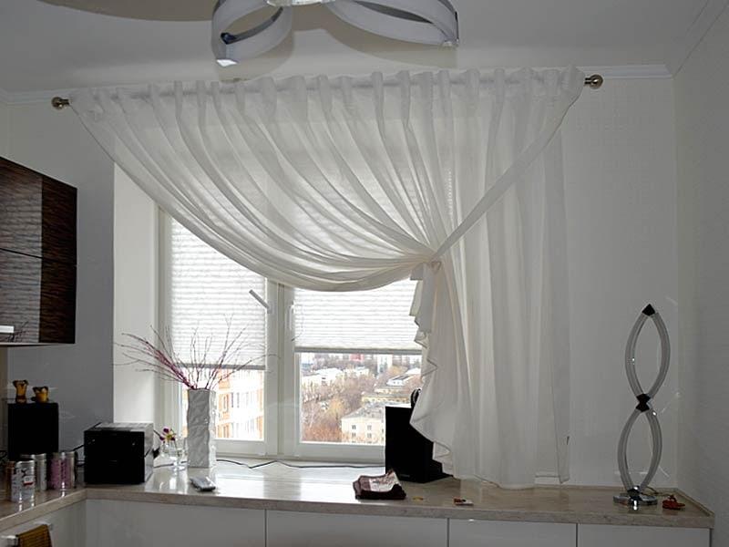 Короткая штора на одну сторону кухонного окна